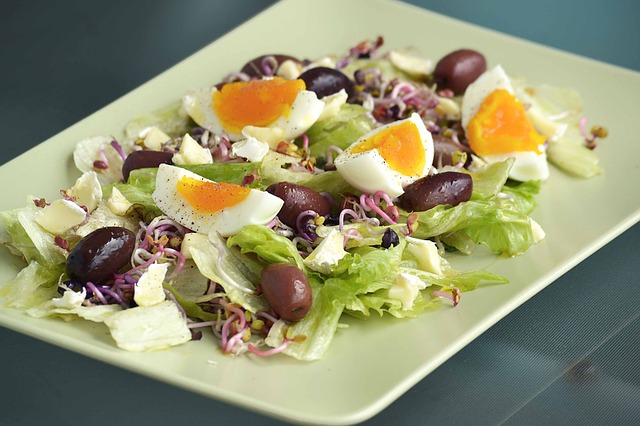 salát, olivy, vajíčka