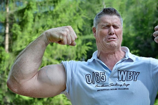 muž ukazující svaly, svalovec.jpg