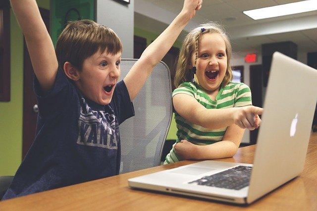 děti sedící u počítače