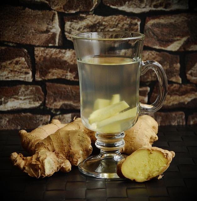 sklenice zázvorového čaje