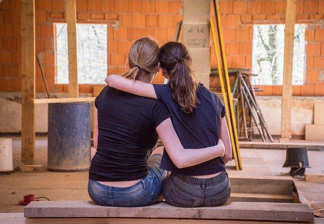 přátelé staví dům