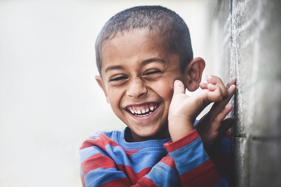 smějící se dítě